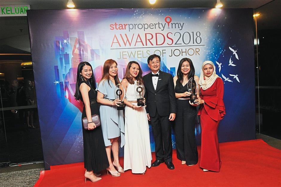 Horizon Hills Development Sdn Bhd representatives taking a group photo at the StarProperty.my Awards 2018: Jewels of Johor.