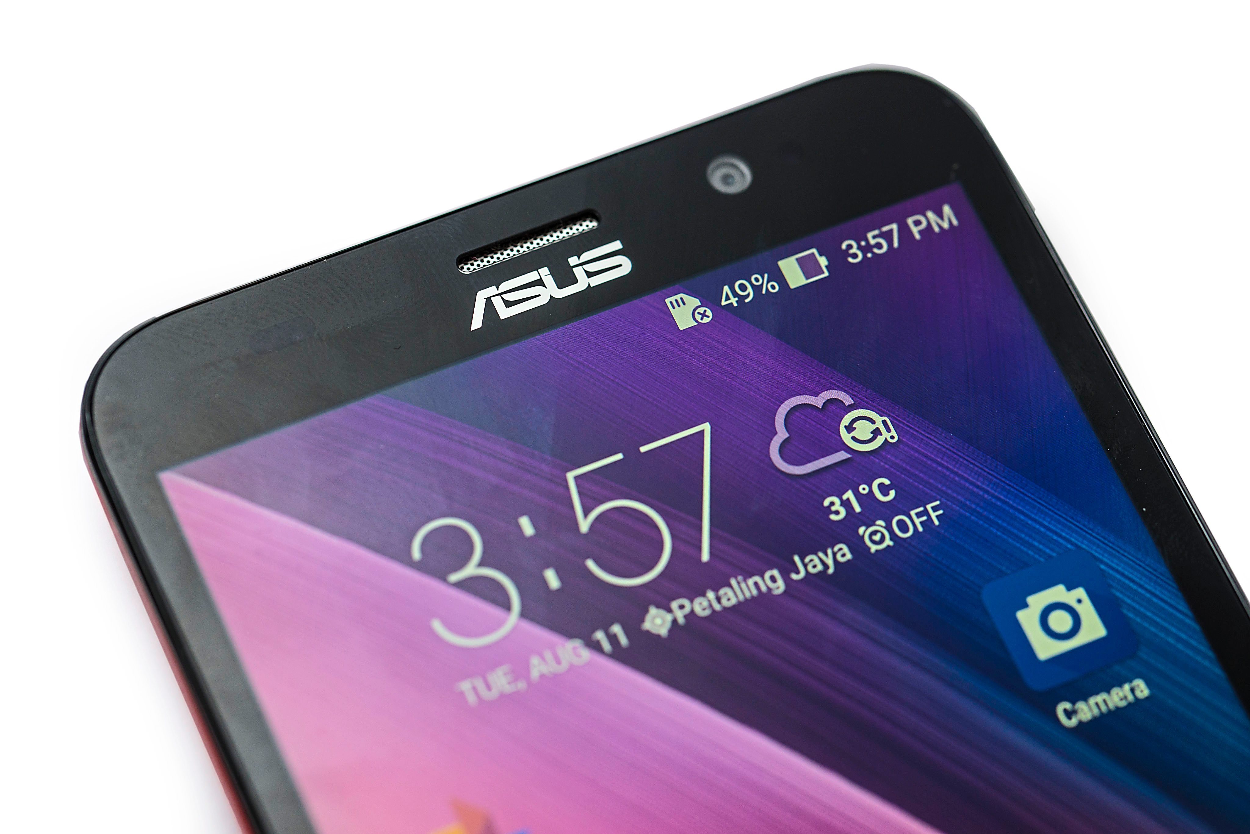The Zenfone 2 screen is not overly bright and the Bluelight Filter dims the screen for a comfortable reading at night.