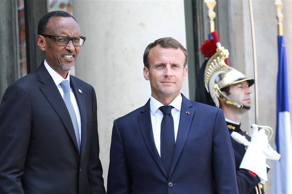 France\'s President Emmanuel Macron (R) welcomes Rwanda\'s President Paul Kagame upon his arrival at the Elysee presidential palace in Paris, on May 23, 2018. / AFP PHOTO / ludovic MARIN