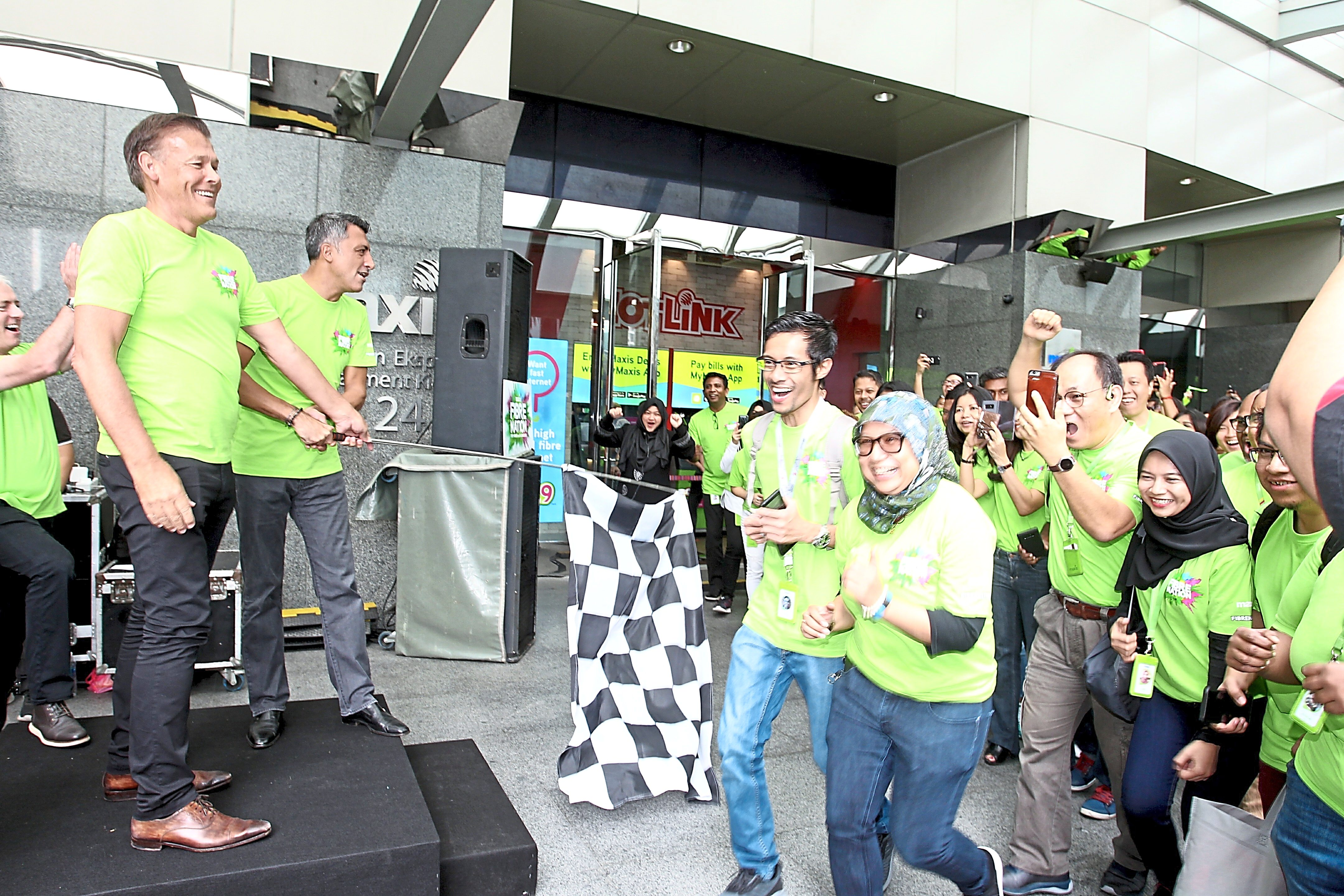 Nason (left) flagging off the employees at Maxis Centre in Suria KLCC.