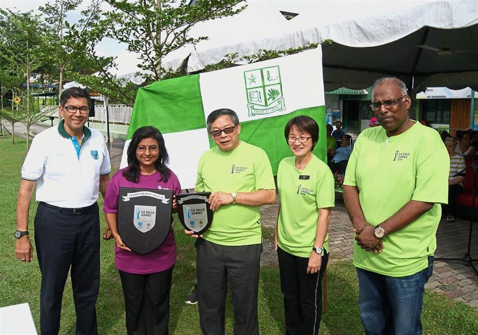 La Salle Schools Malaysia country coordinator Andrew Loke (centre) presenting the Overall Champion Shield to St Paul's Institution senior assistant (co-curriculum) Shantini Lingam. With them are (from left) Simon, La Salle Petaling Jaya principal Teo Boon Hua and La Salle Games 2018 organising chairman V. Nantha Kumar.