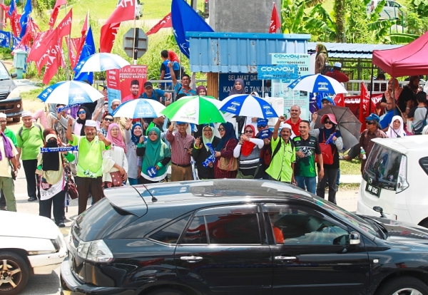 Moralistic constituency: Barisan Nasional and PAS supporters working together to canvass for voters at a junction at Kampung Tanjung in the recent Semenyih by-election.