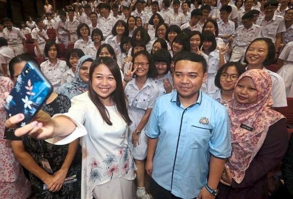 Liow (left) taking a selfie with students of Foon Yew High School in Kulai after officiating the u2018Diriku Permata Berhargau2019 programme.