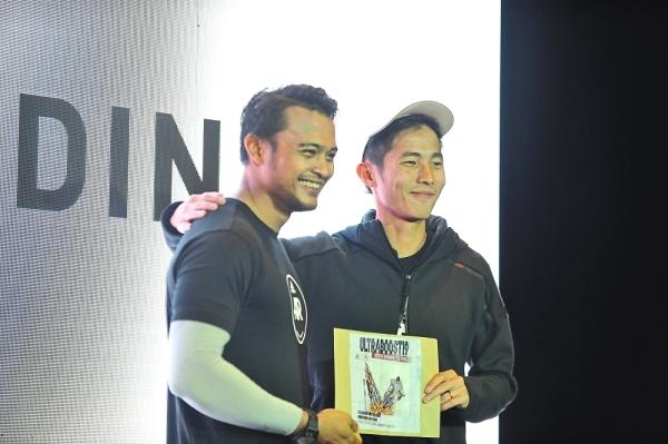 Yikhoong (right) presenting Asyraf the top spot at the adidas Recode Running Festival.