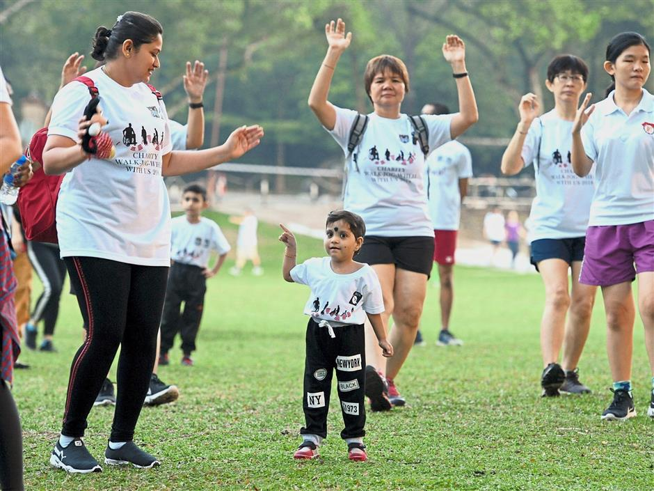 Sri Soniya (centre) joining the warming up session with her mother Sree Lavnia (left) before the event.