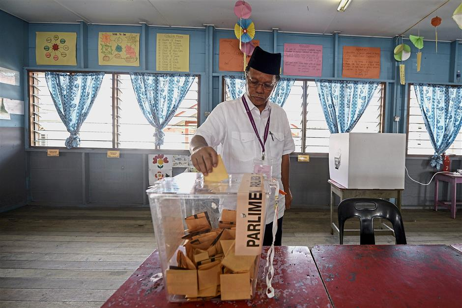 Making it count: Shafie casting his ballot at the SK Bubul polling station in Semporna. — Bernama