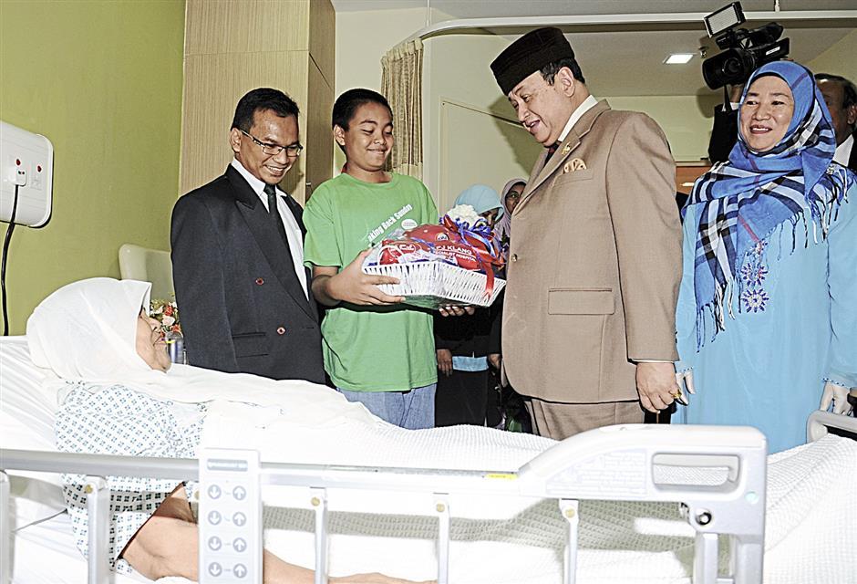 KLANG, 22 Feb -- Tengku Panglima DiRaja Selangor Tengku Sulaiman Shah Alhaj (dua, kanan) berkenan bertanya khabar kepada pesakit Puti'ah @ Marpu'ah Ismail, 69, selepas menyampaikan sumbangan semasa berangkat melawat hospital selepas berkenan merasmikan Hospital Pakar KPJ Klang, di sini hari ini.--fotoBERNAMA (2014)   HAKCIPTA TERPELIHARA