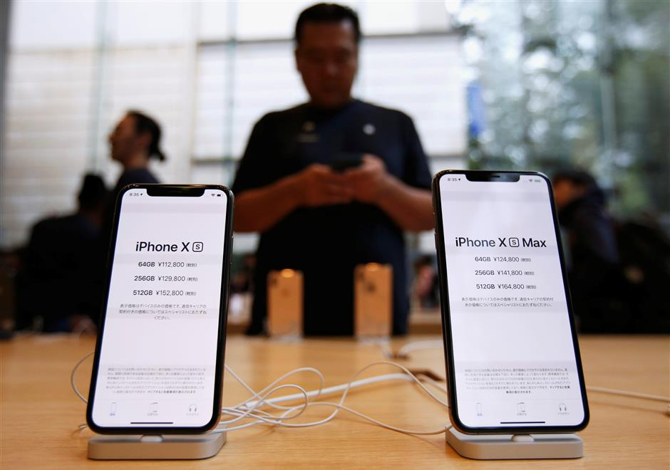 Apple\'s new iPhone XS and XS Max are displayed after it went on sale at the Apple Store in Tokyo\'s Omotesando shopping district, Japan, September 21, 2018. REUTERS/Issei Kato