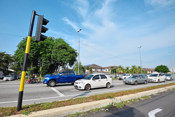 Motorists  waiting at the Jalan Sungai Jati-Jalan Seruling 59  traffic lights  in Klang.