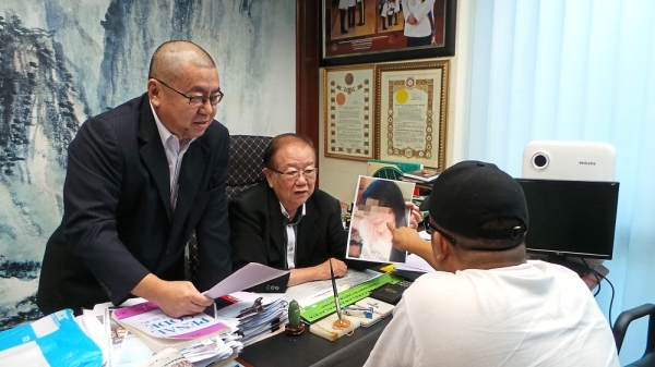 Regrettable: Chong speaking with Wong (right) to deal with his issue at Wisma MCA in Kuala Lumpur.