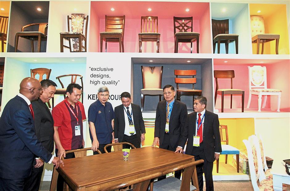 Plantation Industries and Commodities Minister Datuk Seri Mah Siew Keong (fourth from left) at one of the booths at MIFF 2018. — Photos: AZHAR MAHFOF and SAMUEL ONG/The Star