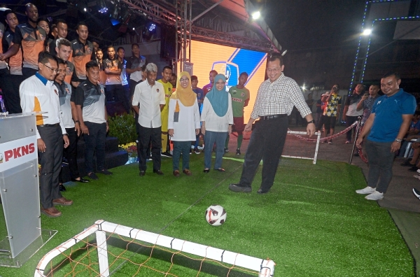 Mohd Khairuddin (second from right) during a PKNS FC event in Section 24, Uptown Shah Alam.— Bernama