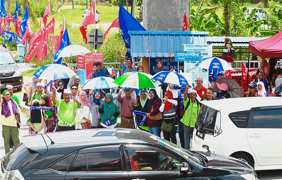 No gentlemanu2019s deal: PAS and Barisan Nasional supporters allegedly canvassing voters together in Semenyih on polling day. Earlier, Dr Mahathir said PAS had agreed not to support Umno in the by-election.