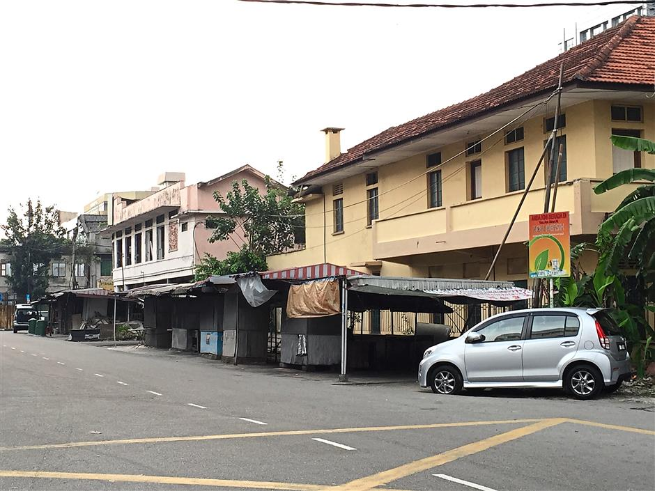 Stalls by the roadside which has been operating there for decades, and still run by the original owners. Now they might be demolished and moved to a new hawker place.