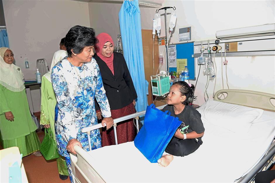 ALOR SETAR, 27 Mei -- Tunku Temenggung Kedah Tan Sri Tunku Puteri Intan Safinaz Ibni Armarhum Tuanku Abdul Halim Mu,adzam Shah (kiri) beramah mesra dengan Nurul Fatin Nasuha Abdullah, 8, ketika menyampaikan sumbangan kepada pesakit kanak-kanak di Wad Melor pada Program Sumbangan Hari Raya Yayasan Sultanah Bahiyah bersama Lembaga Kemajuan Perempuan Islam Kedah (LKPI) di Hospital Sultanah Bahiyah hari ini.--fotoBERNAMA (2018) HAK CIPTA TERPELIHARA