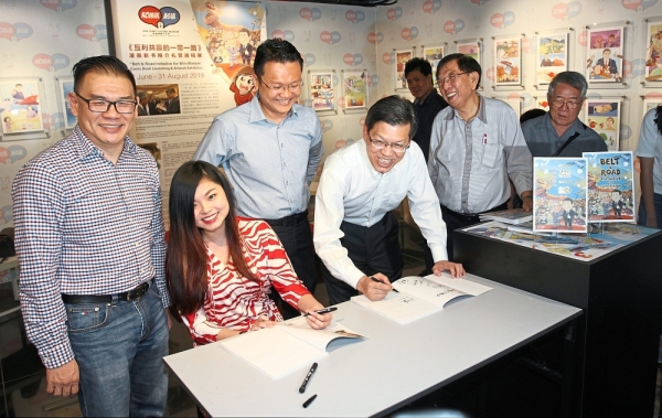 (From left) Dr Hew, Chong and Yeoh with Consul-General of China in Penang Lu Shiwei and other guests during an autograph session at the book launch.