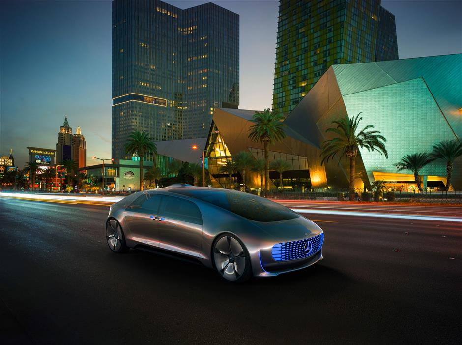 Mercedes wants its F 015 Luxury to be able to communicate with the outside world using flashy LED lights. Photo: Daimler AG/dpa-tmn