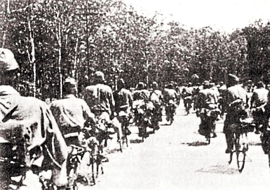 THE JAPANESE OCCUPATION OF MALAYA-PIX SHOW THE JAPANESE ARRIVING IN BICYCLES FROM THE THAI BORDER. NOT MANY ARE AWARE THAT THE JAPANESE TRAVELLED IN BICYCLES WHEN THEY WERE HERE.