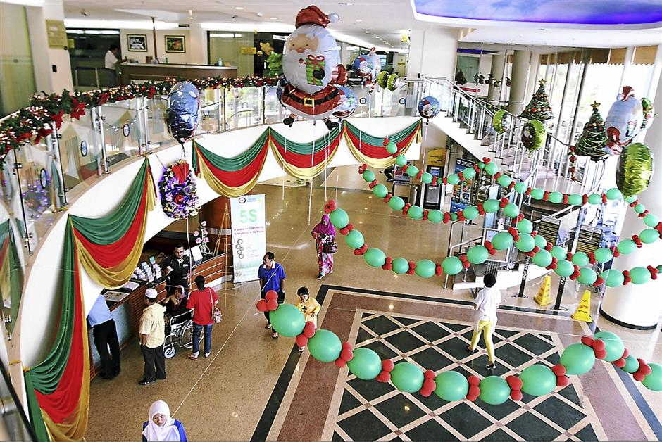 Balloons: ISC brings out the christmas with balloons and drapes consisting of the traditional colors of christmas-green, red and gold.