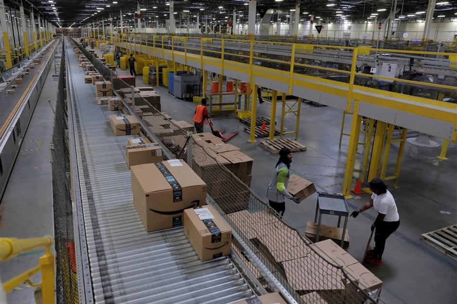 FILE PHOTO: Packages are sorted to be shipped inside of an Amazon fulfillment centre in Robbinsville, New Jersey, U.S., November 27, 2017. REUTERS/Lucas Jackson/File Photo