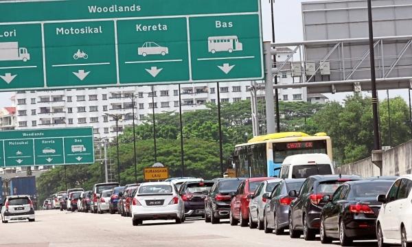 Vehicles moving slowly into the Bangunan Sultan Iskandar Customs, Immigration, Quarantine (CIQ) Complex via the Eastern Dispersal Link (EDL) here in Johor Baru on Dec 17.