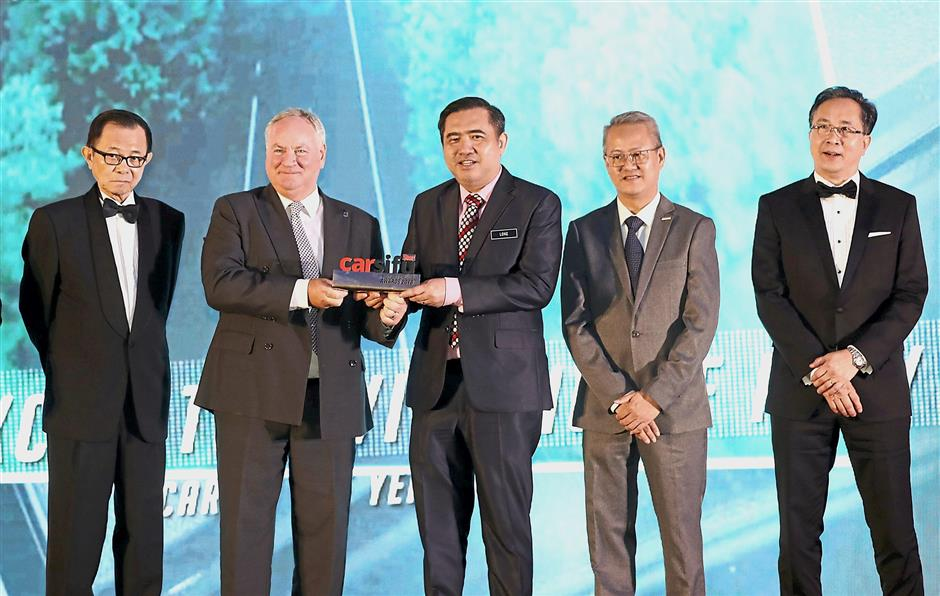 Volvo Car Malaysia managing director Lennart Stegland (second from left) receiving the 2018 Car of the Year award from Transport Minister Anthony Loke. Also present were (from left) Star Media Group group chairman Datuk Fu Ah Kiow, Toyo Tyre Sales and Marketing Malaysia president and managing director Tan Song Chye and Petron Malaysia head of commercial business Choong Kum Choy. GLENN GUAN/The Star