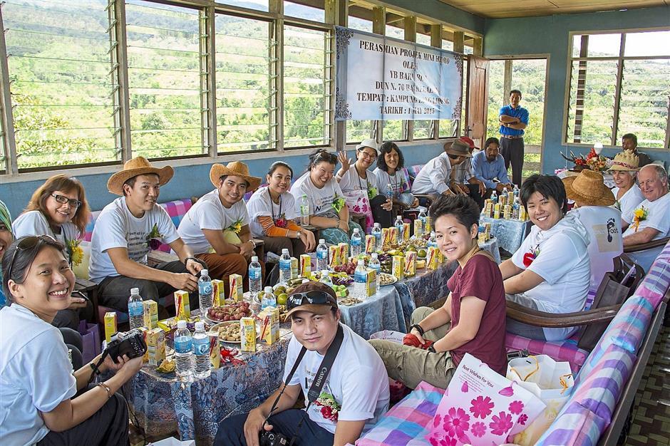 Barefoot Mercy team members enjoying Lun Bawang hospitality at Long Lidung