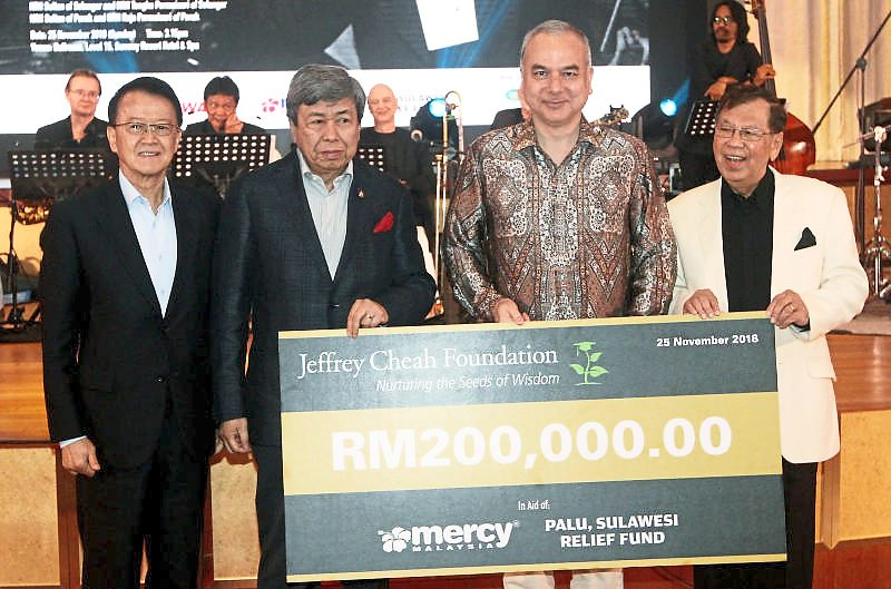 The Selangor Ruler, who is the royal patron of the Jeffrey Cheah Foundation, presenting a cheque to the royal patron of MERCY Malaysia, Deputy Yang di-Pertuan Agong Sultan Nazrin Muizzuddin Shah, for MERCY Malaysia's Palu Relief Fund on Nov 25. Looking on are (from left) Tan Sri Dr Jeffrey Cheah and Razman.