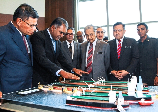 Ambitious plan: Dr Mahathir being briefed by Shahrul (second from left) on the STS Hub project. Also present are Saifuddin (left) and Loke (right).