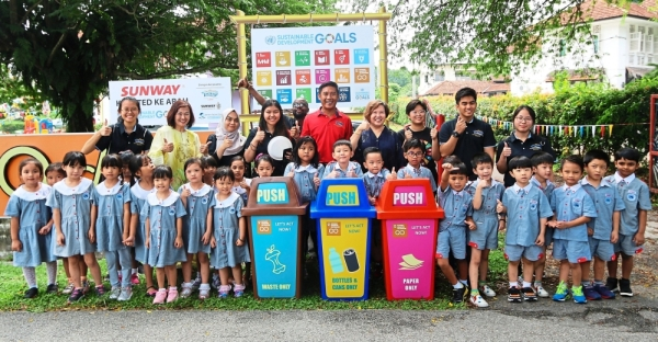 Nurul Nuzairi (in red shirt) with student volunteers from Sunway LWOT and Sunway University who showed Q-dees pupils how to sort out waste into recycling bins and raise awareness on the importance of waste management.