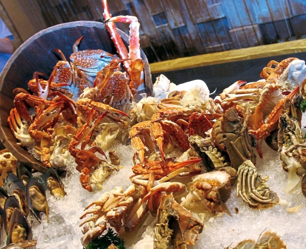 (Left) The Seafood On Ice section offers fresh catches such as king crab legs, scallops, prawns and mussels.
