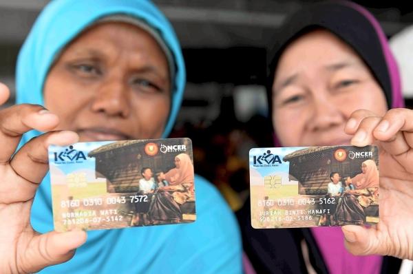(From left) Normadia Wati, 41, and Juriah Hanafi, 60, showing their Kida cards.