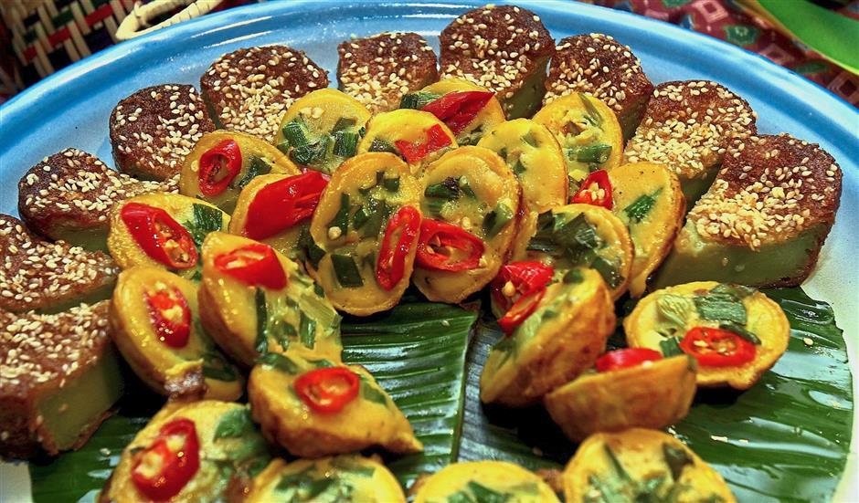 Kuih bakar and kuih cara are among the traditional Malay treats at the dessert section.