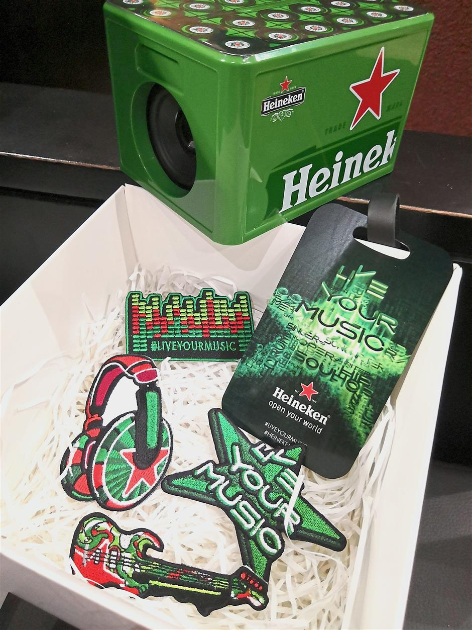 Gifts from Heineken Malaysia before the flight to Miami were badges, a Heineken luggage tag and a mini bluetooth speaker.