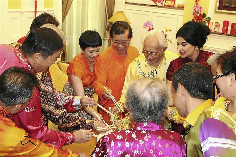 Prosperous wish: (From right) Ragad and Taib joining in the tossing of the yee sang at Dr Chan and Lorna's residence in Miri.Sarawak CM Tan Sri Taib Mahmud (centre) with former deputy CM Tan Sri Dr George Chan and others toasting the yee sang at Dr Chan CNY open house