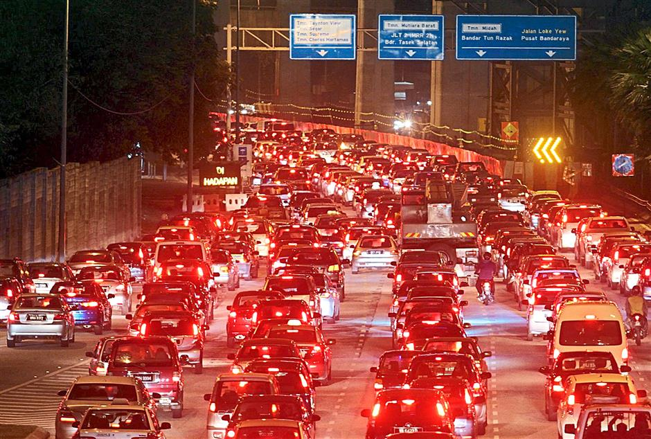 Kicker: Jammed at Jalan Cheras near HUKM Leisure Mall even after peak hours where the curve turn reduced to just one lane.. - M. Azhar Arif/The Star 10 Jul 2014.