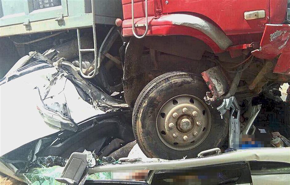 PORT DICKSON, 3 Jan -- Empat maut dan lima cedera dalam kemalangan membabitkan tiga kereta, sebuah lori dan sebuah motosikal di simpang tiga Jalan Lukut-Sepang Selangor kira-kira 2.30 petang tadi.Ketua Polis Daerah Port Dickson Supt Zainudin Ahmad berkata empat yang maut ialah penumpang kereta jenis Honda Stream yang dipercayai warganegara Singapura manakala pemandunya cedera.--fotoBERNAMA (2018) HAK CIPTA TERPELIHARA