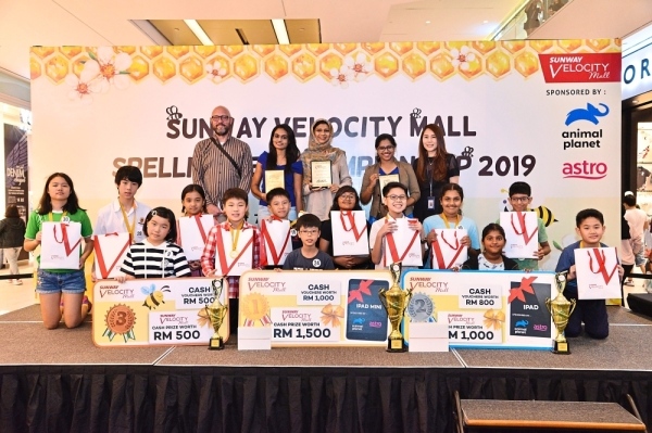 Top three winners of Category B together with the consolation prize winners and judges.