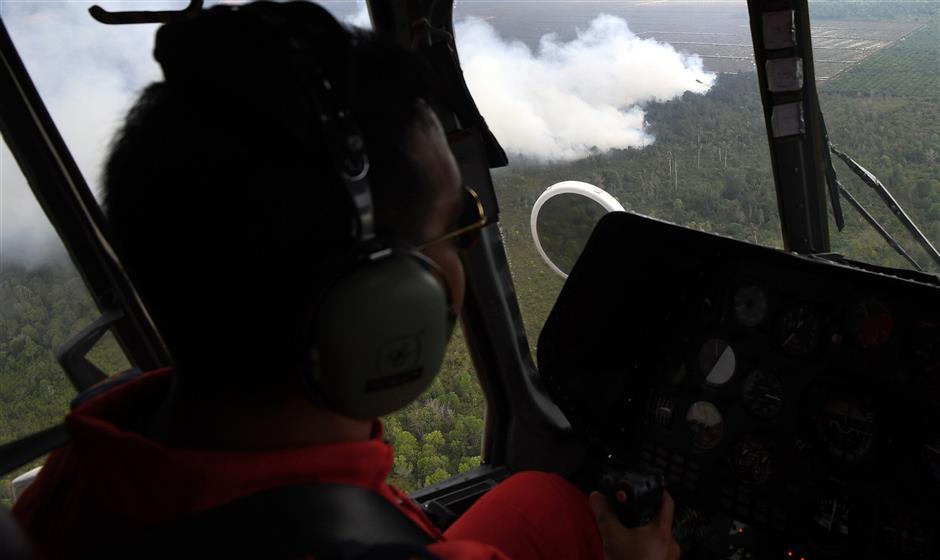 KUANTAN, 25 April -- Anggota Unit Udara Jabatan Bomba dan Penyelamat Pahang meninjau dari udara kebakaran hutan di kawasan Sungai Ular seluas 420 hektar hari ini. --fotoBERNAMA (2019) HAK CIPTA TERPELIHARA