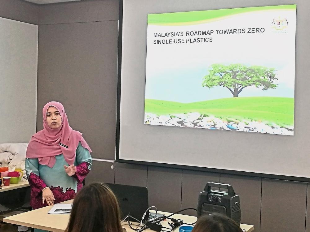 Nor Haswani briefing attendees on the Roadmap Towards Zero Single-Use Plastics 2018-2030.