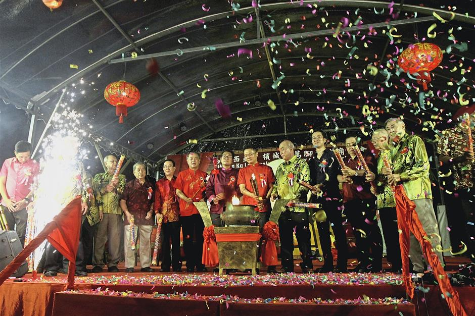 (Sixth from right) State Tourism Development, Arts, Culture and Heritage Committee chairman Yeoh Soon Hin, Deputy Agriculture and Agro-based Industry Minister Sim Tze Tzin and the committee of the Penang Hokkien Kongsi performing the opening ceremony for the celebrations at the Snake Temple.