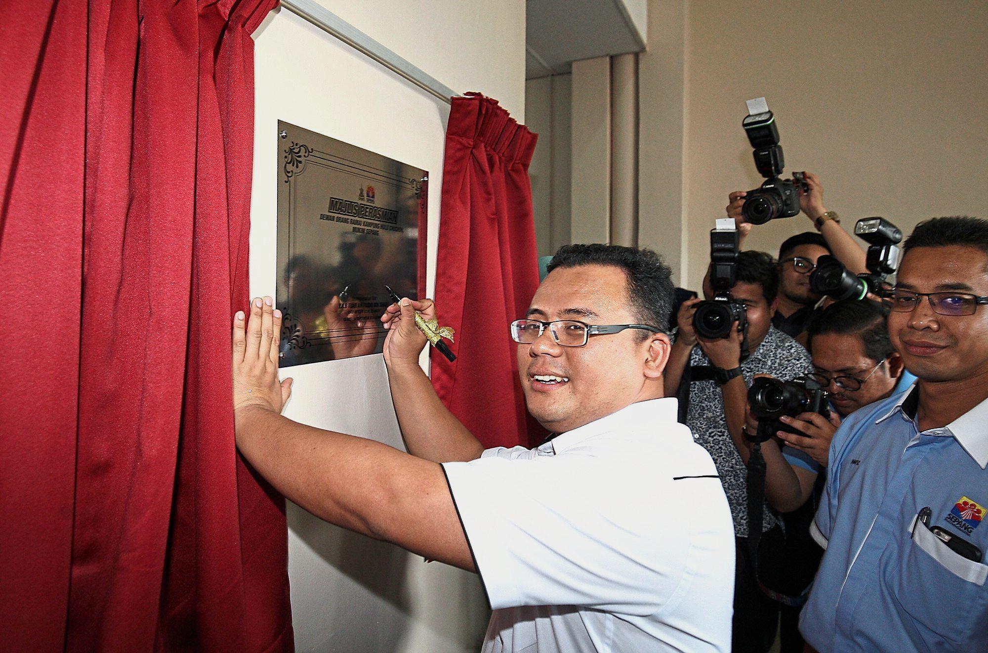 Amirudin  officially opening the refurbished Kampung Hulu Chuchoh multipurpose hall.