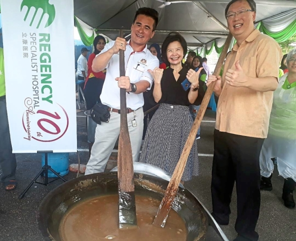 Ku (left), Yong (middle) and UM Land Berhad assistant director Frankie Lim at the cooking event.