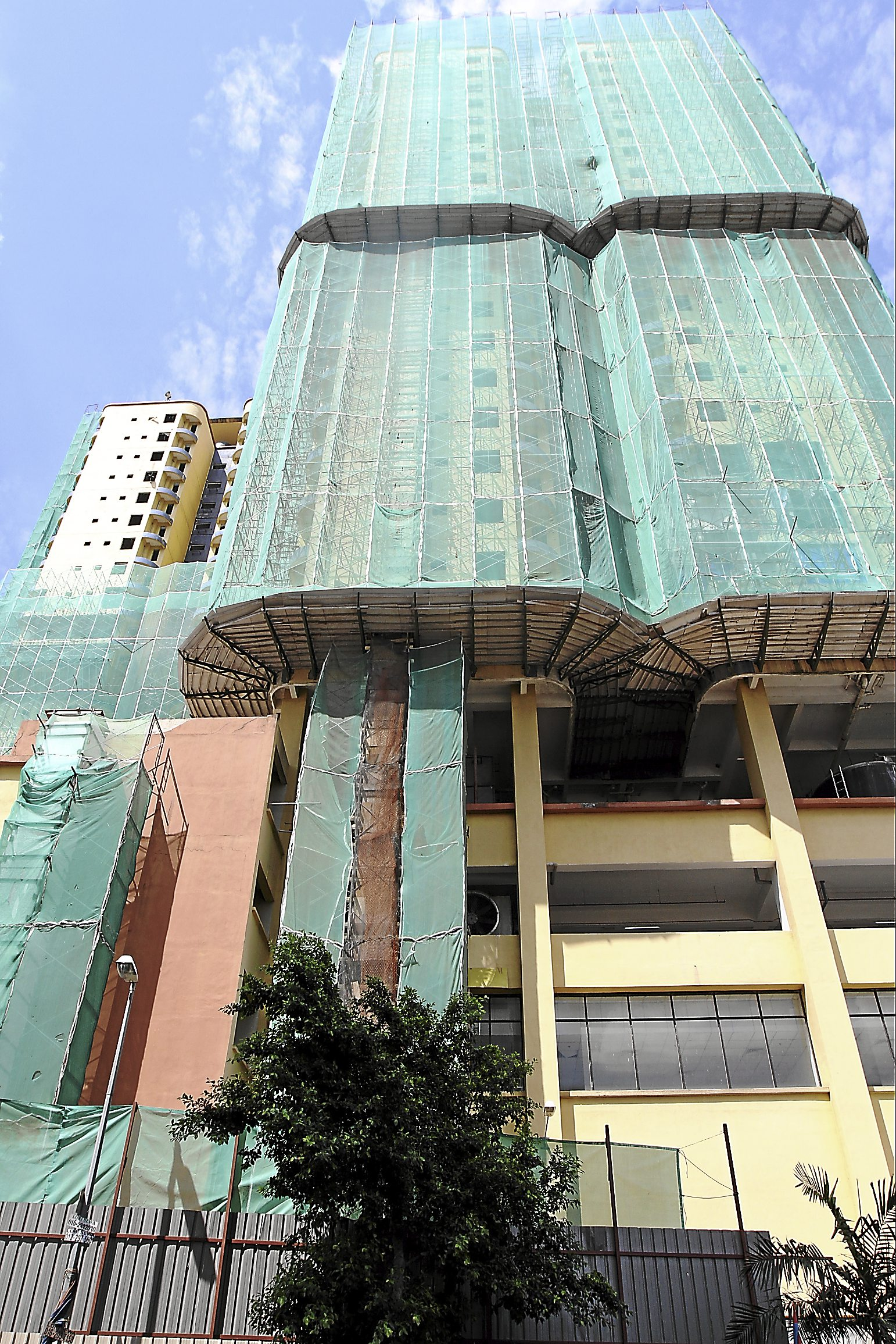Incidentally another brown field development is taking shape across the road called Verve Suites KL South by Bukit Kiara Properties. The two-tower yellow structure with 24 storeys each was empty for two years, before it was rented by a college. The development comprises about 300 service apartment concept. A banner informing that units are open for sale is now visible from the highway.