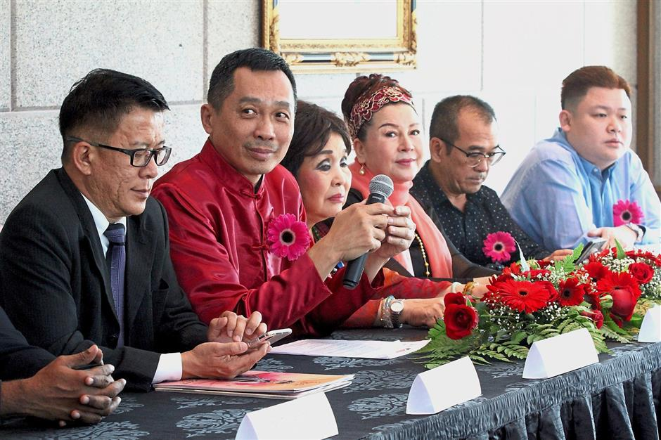 (From left) Secretariat for the Advancement of Malaysian Entrepreneurs adviser Peter Phang, Hee, Cheah, China investor and cash sponsor Yiling, Taman Rimbunan Residents Association committee member Datuk Go Kim Peng and Emerald Brilliant managing director Ryan Sim at the announcement of the pageants.