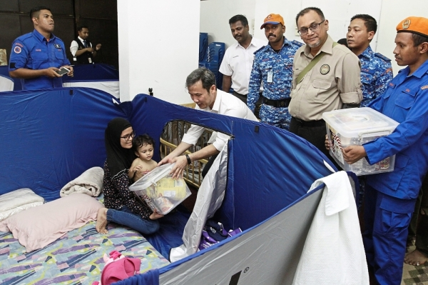Brief Caption: MBPP mayor Datuk Yew Tung Seang (in white) visiting the residents of the UDA low-cost flats after a water spout yesterday.    StarPicby:LIM BENG TATT/The Star/02 April 2019.