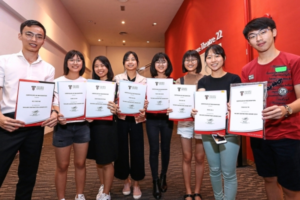 Students showing their Tayloru2019s Distinction Award u2013 a tuition fee waiver given in various tiers to those who achieve 4As and above in their SPM results.