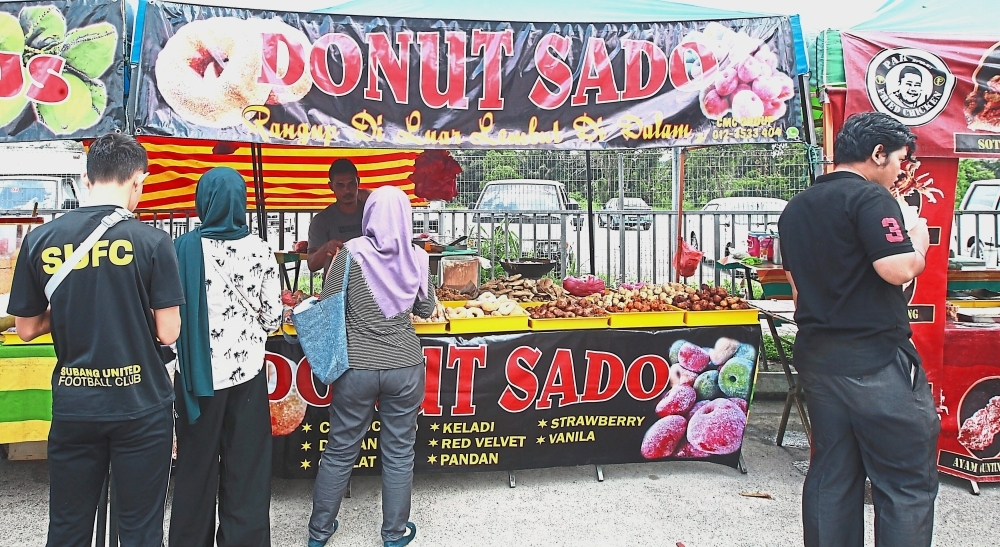 (Above and left) The stall gets regular customers daily and they are drawn to the colours of the treats that come in nine flavours.