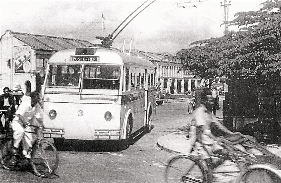 A trolleybus turning from Dr Lim Chwee Leong Road to Carnarvon Street. Note the trishaw on the right, which were introduced to Penang in 1941.