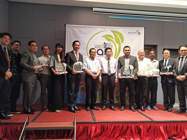 Tan (sixth from right) and Ismail  (seventh from right) with Third Green Accord Initiative Award participants.